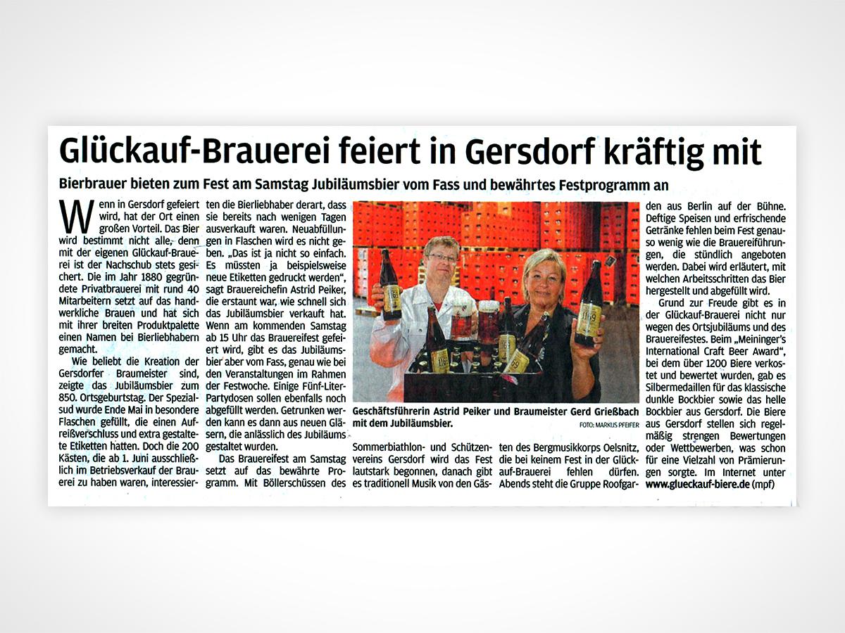 Geschäftsführerin Astrid Peiker und Braumeister Gerd Grießbach mit dem Jubiläumsbier.