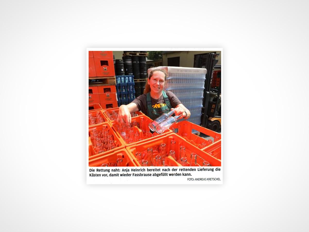 Die Rettung naht: Anja Heinrich bereitet nach der rettenden Lieferung die Kästen vor, damit wieder Fassbrause abgefüllt werden kann.