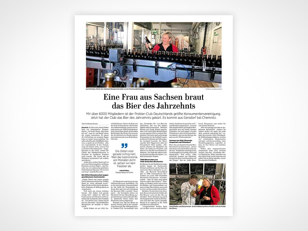 Astrid Peiker und Braumeister Gerd Grießbach prüfen mit LED-Licht die Farbe des Bieres.